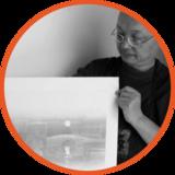 辜居一   艺橙教育教学督导 艺术留学总监 现任教于中国美术学院绘画艺术学院版画系。 俄罗斯列宾美术学院驻中国办事处特聘专家。 中国美术学院竹林会馆(画院)名誉院长。 新安版画研究院院长。